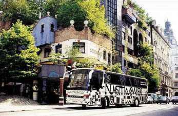 Hundertwasser-Bus vor dem Kunsthaus Wien